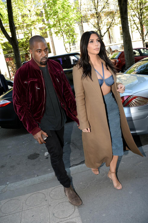 MOTEGURU: Kims ektemann Kanye er kjent som designer i tillegg til rapartist. Noen av Daily Mails lesere mener det er han som dikterer konas dristige garderobe.  Foto: Abaca