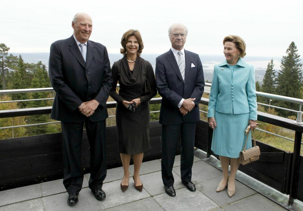 IKKE INVITERT: De siste fem årene har det vært tre kongelige bryllup i Sverige, men kong Harald og dronning Sonja har bare deltatt i ett av dem. Her med dronning Silvia og kong Carl Gustaf (midten) i anledning Voksenåsen hotell sitt 50-årsjublieum i Oslo. Foto: NTB scanpix