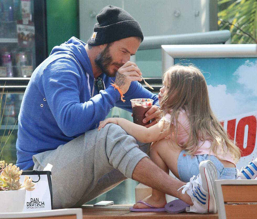 PÅ TUR MED HARPER: Far og datter Beckham så ut til å nyte sin innkjøpte smoothie. Foto: Splash News