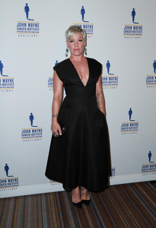 MÅ TÅLE MYE: Det var etter at Pink ble fotografert i denne kjolen at kritikken rundt vekten hennes startet.  Foto: Splash News