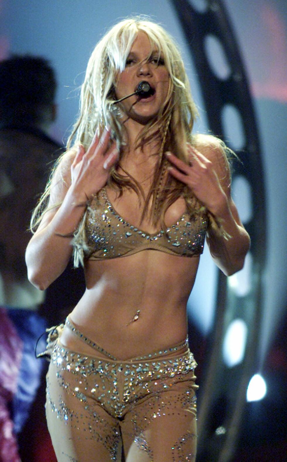 I KNALLFORM: Da Britney Spears var superstjerne rundt år 2000, viste hun stadig frem den veltrente magen sin i korte topper. Her på scenen under MTV Video Music Awards i New York i september 2000.  Foto: REUTERS