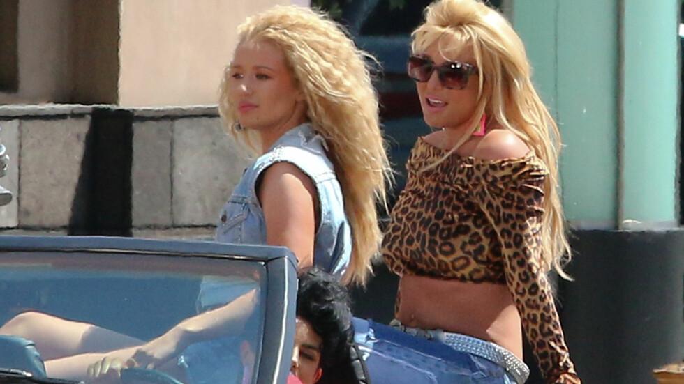 IKKE HELT HELDIG: Popstjernen Britney Spears får kritikk for antrekksvalget sitt på videoinnspillingen til den nye singelen «Pretty Girls». Australske Iggy Azalea (t.v) er med på låta, i tillegg til å være medregissør på musikkvideoen. Foto: Wenn.com