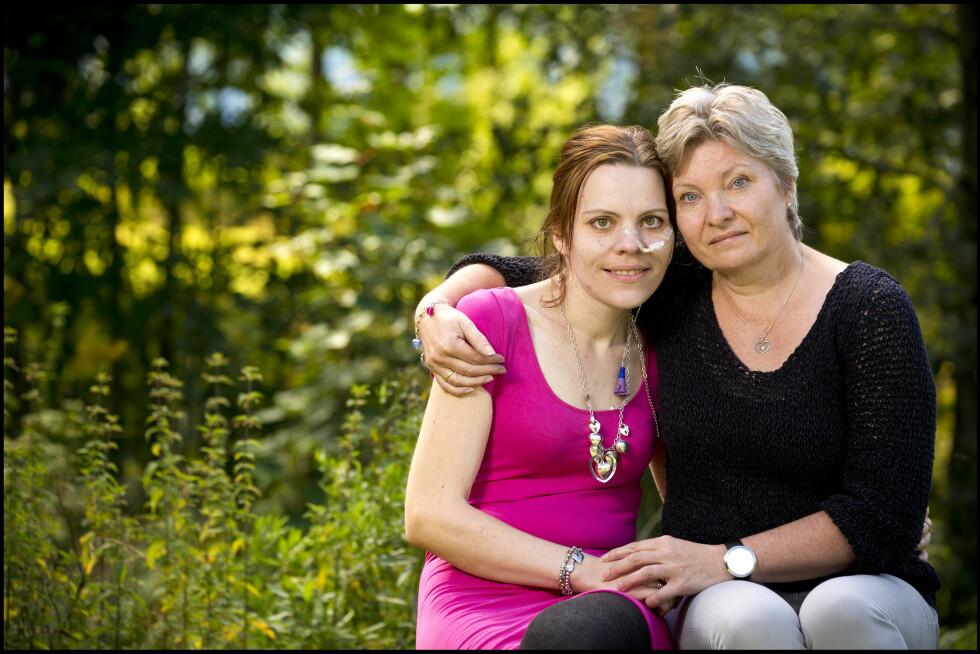 FORTVILET: Lisbeth Vandli er fortvilet på datteren Jannes vegne. Helseproblemene har stått i kø etter  slankeoperasjonen. Foto: HENNING JENSEN/SE OG HØR