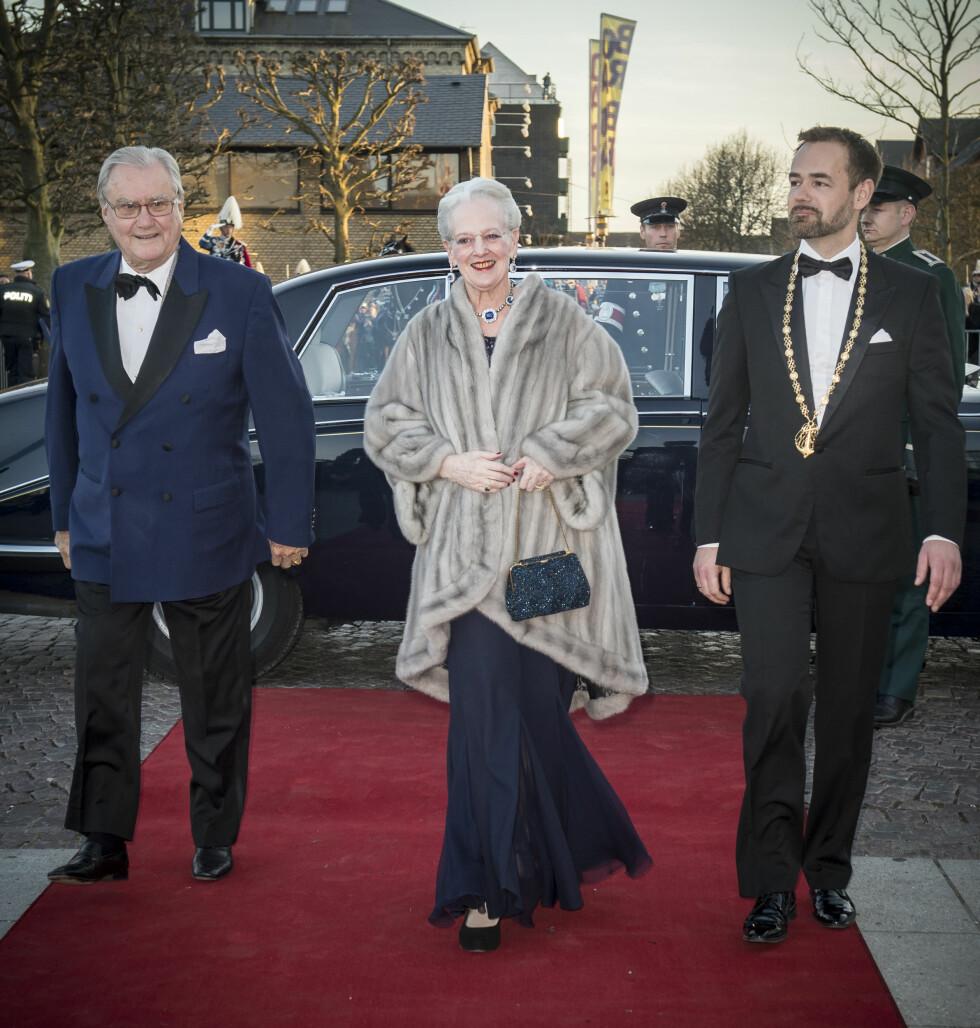 JUBILANTEN: Dronning Margrethe kom til konserthuset sammen med ektemannen prins Henrik.  Foto: All Over Press