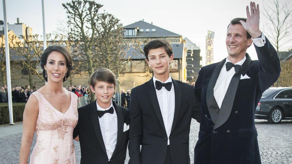 STASELIGE KARER: Prins Felix (t.v) og prins Nikolai fikk mye oppmerksomhet, da de kom til festforestilling sammen med prinsesse Marie og prins Joachim.  Foto: All Over Press