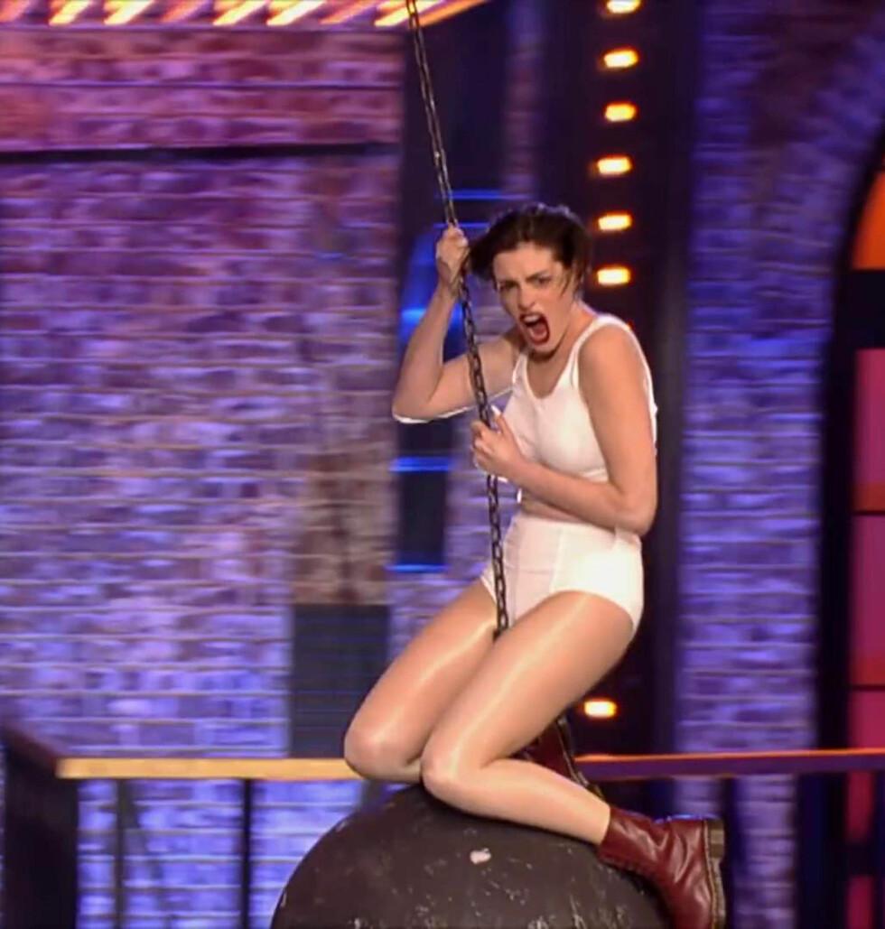 GA ALT: Anne Hathaway prøvde seg som Miley Cyrus på scenen. Foto: Stella Pictures
