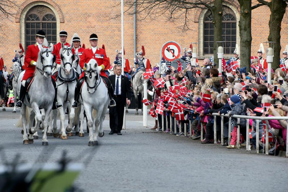 MANGE TILSKUERE: Mange dansker hadde møtt opp for å få et glimt av dronningen sin. Foto: Scanpix/Danapress