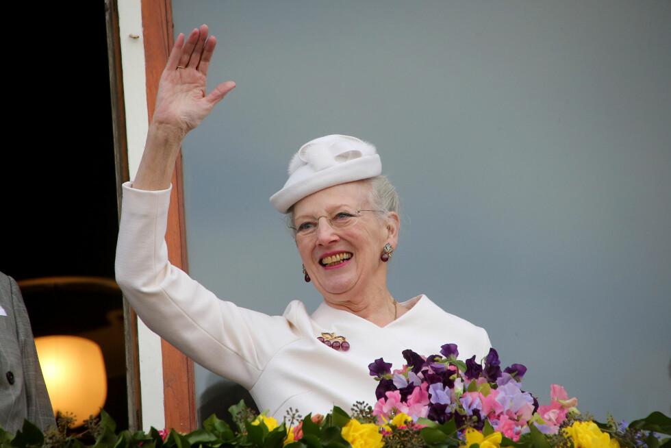 SMILTE BREDT: Dronning Margrethe smilte stolt da hun mottok folkets hyllest i Århus under sin jubileumsfeiring. Foto: Danapress