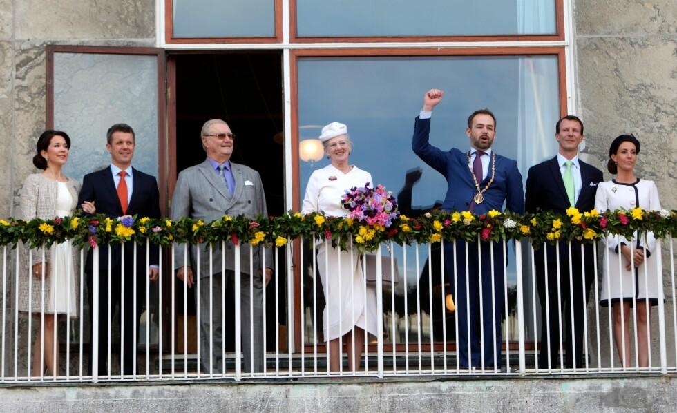 HER STARTER FESTEN: Dronning Margrethe på balkongen i Aarhus sammen med ektemannen, kronprinsesse Mary, kronprins Frederik, prins Joachim og prinsesse Marie.   Foto: Scanpix/Danapress