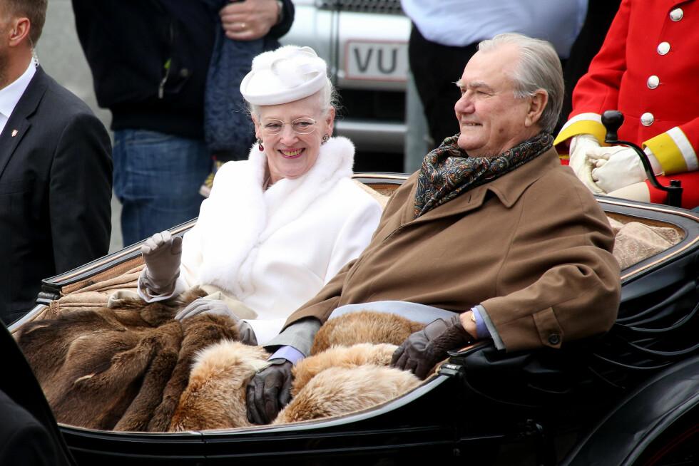 I VOGN: Dronning Margrethe og prins Henrik ble kjørt i vogn gjennom byens gater. Foto: Scanpix/Danapress