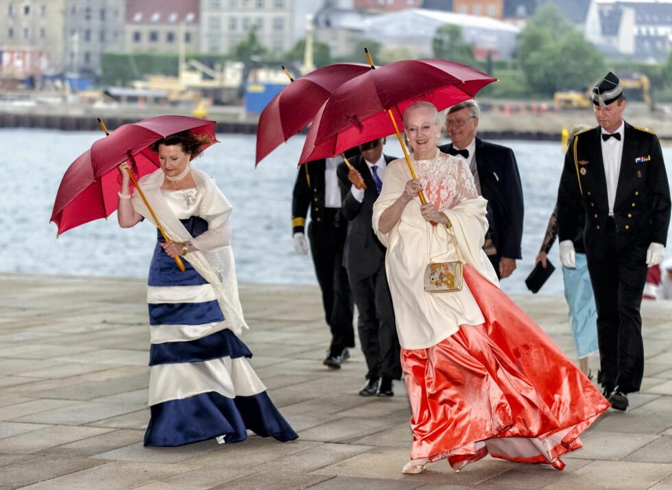 GODE VENNINNER: Dronning Sonja og dronning Margrethe er gode venninner, men dessverre går det norske dronningen glipp av bursdagsfesten. Her er de to sammen i København i 2014. Foto: Danapress