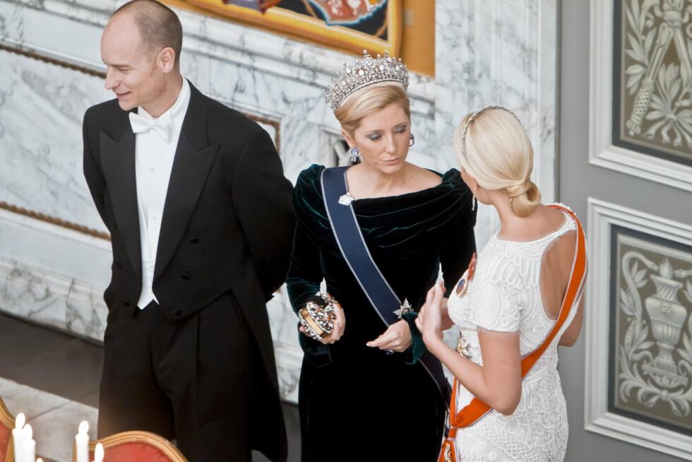 MØTER KJENTFOLK: Da Mette-Marit var i København for å feire Margrethes 40 år på tronen, traff hun blant annet sin gode venninne Marie-Chantal. Foto: NTB scanpix