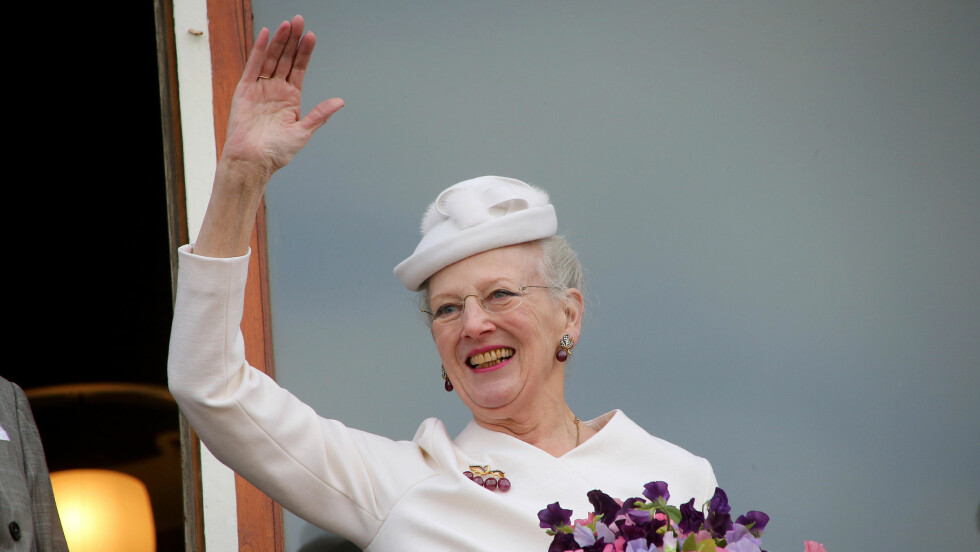 SMILTE BREDT: Dronning Margrethe smilte stolt da hun mottok folkets hyllest i Århus under sin jubileumsfeiring. Foto: Scanpix/Danapress