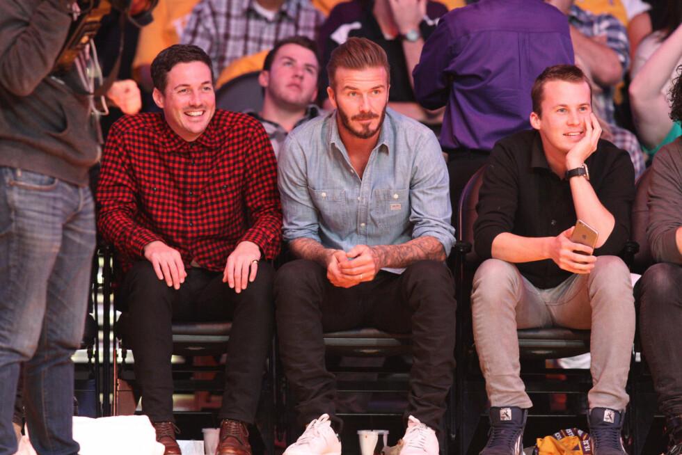 <strong>MED SUPERSTJERNENE:</strong> I slutten av januar var Bård (i bildet t.h) og Vegard Ylvisåker på Lakers-kamp i Staples Center i Los Angeles - med David Beckham ved siden av seg. Foto: Splash News/ All Over Press