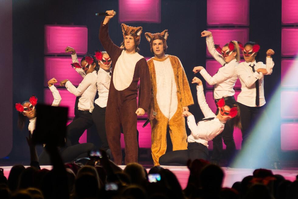 <strong>UVENTET SUKSESS:</strong> Bård og Vegard Ylvisåker hadde aldri trodd at «The Fox» skulle ta av som den gjorde. Her står de på scenen i Toronto i desember 2013, under The Big Jingle på Air Canada Centre. Foto: Retna Ltd./All Over Press