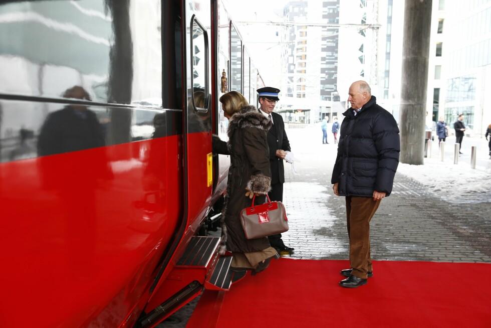 ENSOM MAJESTET: Kong Harald og dronning Sonja reiste fredag med tog fra Oslo S. til påskeferie i Sikkilsdalen. I år er det lite trolig at barn og barnebarn kommer på påskebesøk til kongeparet. Foto: NTB scanpix