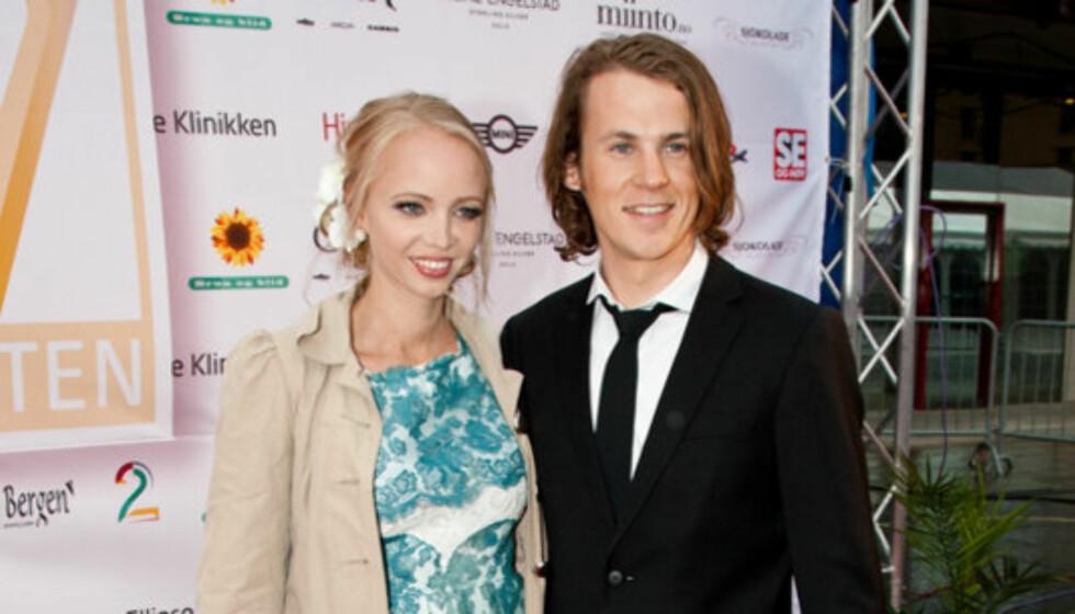 <strong>FAMILIEMANN:</strong> På privaten er Bård gift med Maria Lekva Ylvisåker, som han har barna Nora, Sofie og Jens med. Her er paret sammen på Gullruten i 2011. Foto: Stella Pictures