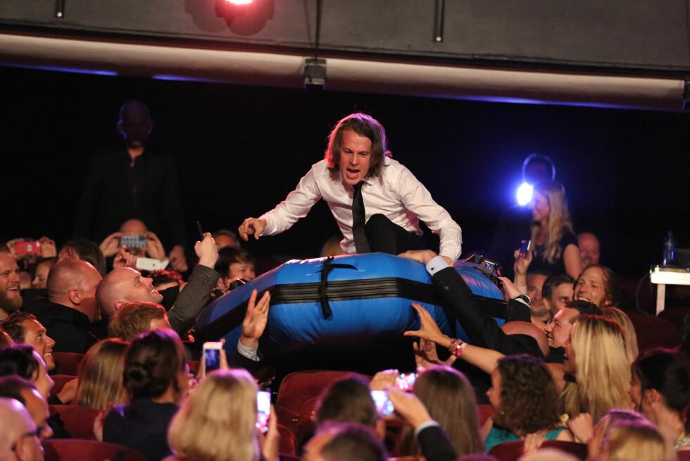 <strong>ABLEGØYER:</strong> PÅ TVNorges høstlansering på Folketeateret i fjor, kom Bård surfende gjennom publikum i en raftingflåte.  Foto: FameFlynet Norway