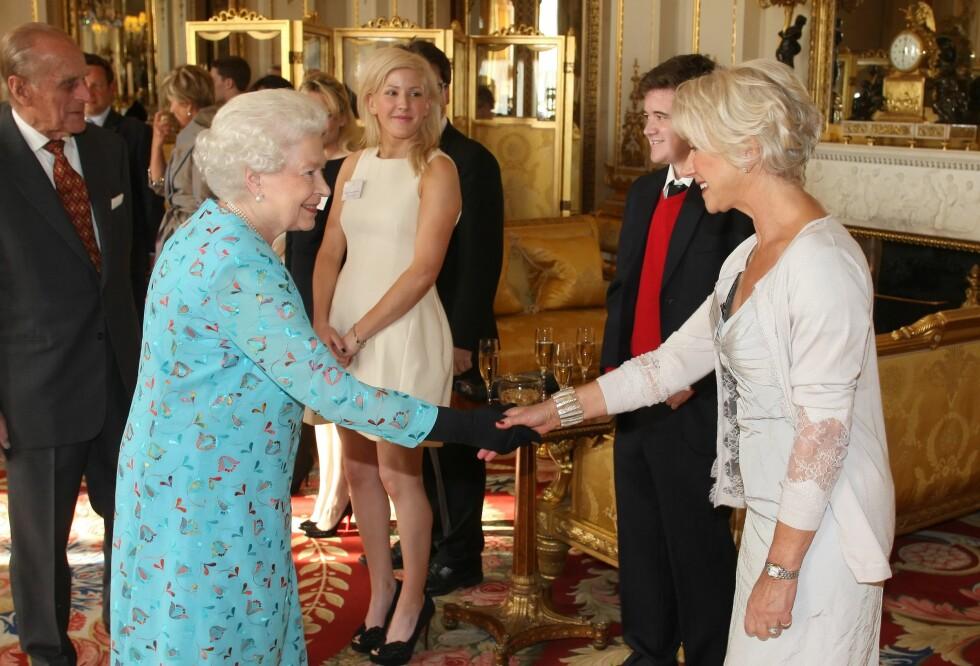 HØYT RESPEKTERT: Helen Mirren fikk i 2003 fortjenstordenen «Dame» av den britiske dronningen. Her er skuespilleren og dronning Elizabeth II - som Mirren portretterte i «The Queen» - avbildet sammen i mai 2011. Foto: REX/All Over Press