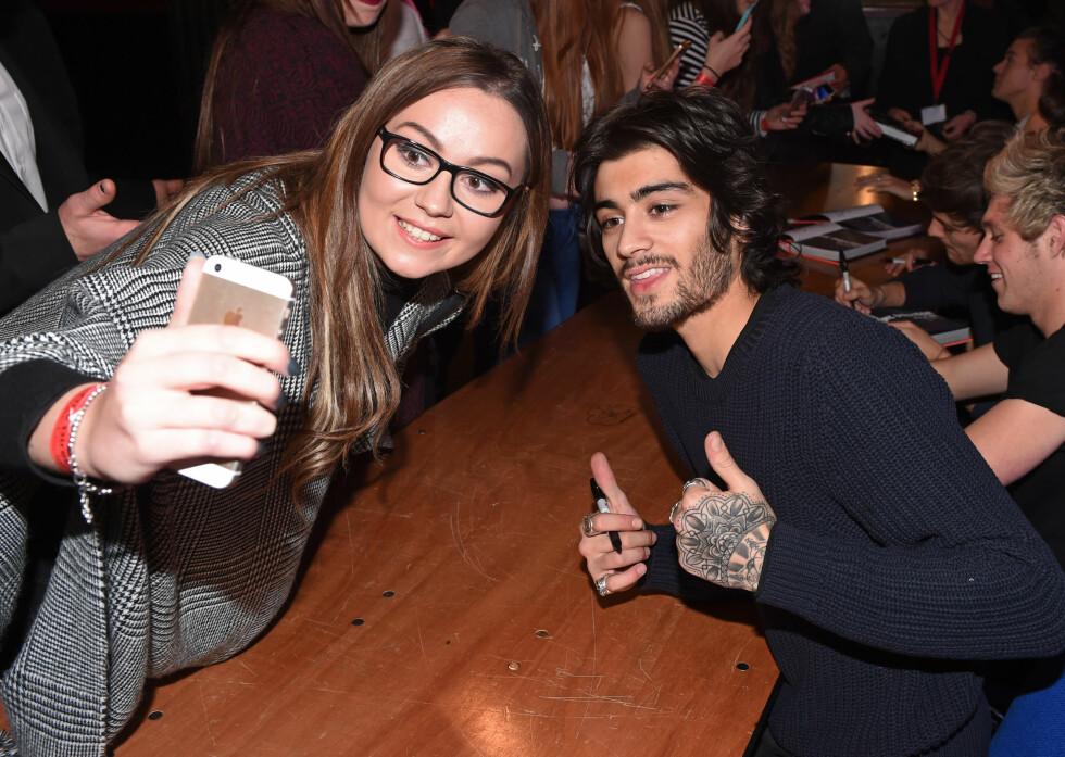 SJARMERENDE TYPE: Zayn Malik stilte slevsagt opp for en kvinnelig fan på «One Direction: Who We Are»-boksignering i London før jul. På sin siste turné bød han derimot på mer enn en «selfie». Foto: David Fisher/REX/All Over Press