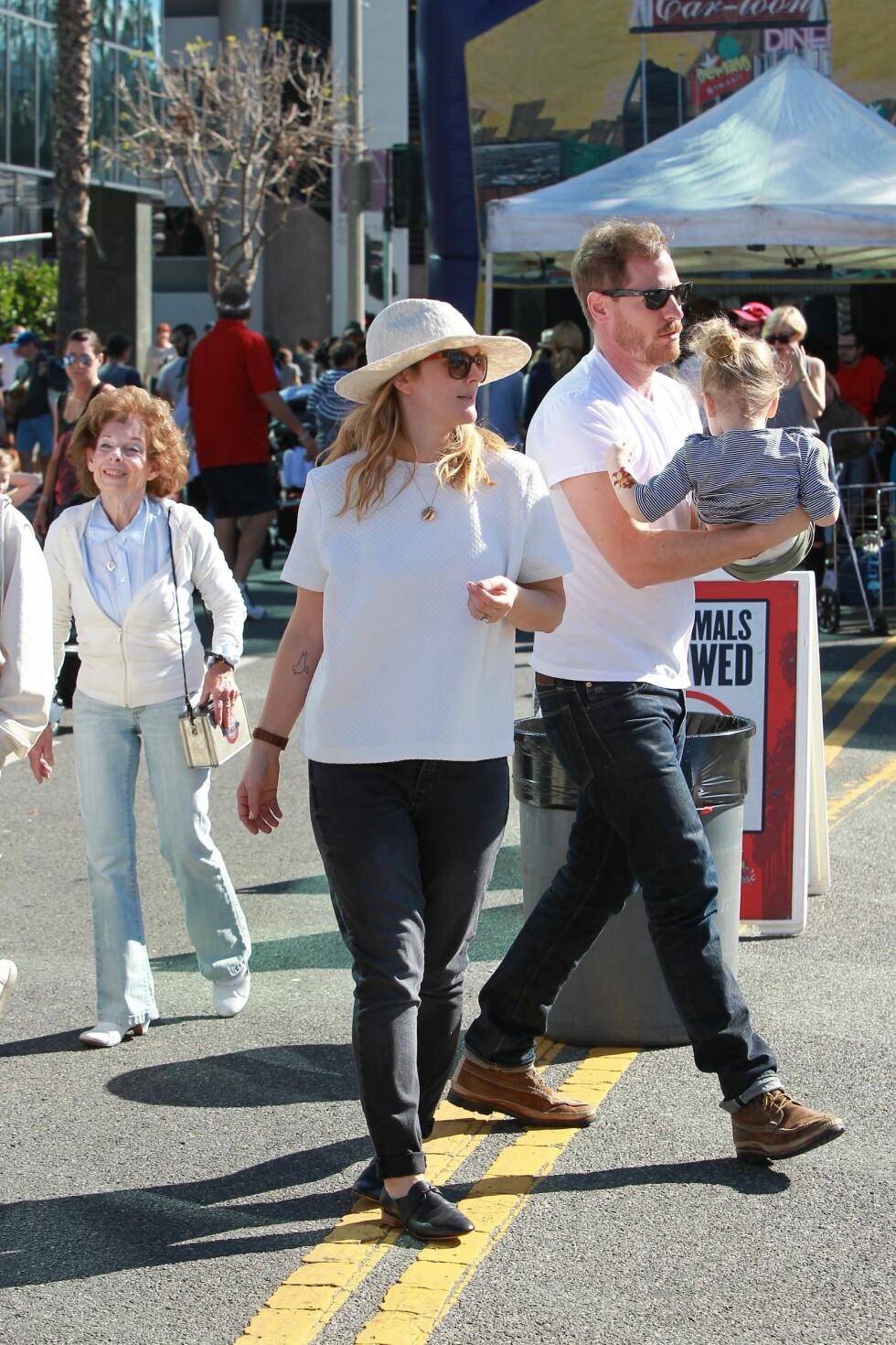 <strong>ELSKER FAMILIELIVET:</strong> Drew Barrymore sammen med ektemannen Will Kopelman og eldstedatteren Olive på et marked for lokal mat i slutten av januar. Foto: Stella Pictures