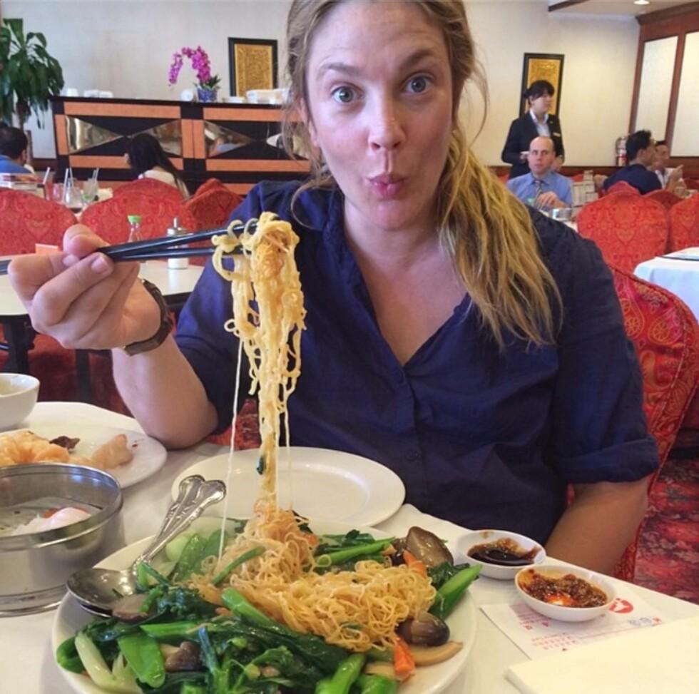 <strong>LIVSNYTER:</strong> I april i fjor delte Hollywood-stjernen dette entusiastiske matbildet med Instagram-følgerne sine. «Dim Sum-brunsj. Jeg elsker kinesisk mat!!!» skrev Drew til bildet. Foto: Stella Pictures