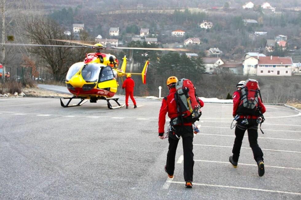 INGEN OVERLEVENDE: Flyet fra Germanwings Airbus som krasjet i Alpes-de-Haute i Frankrike ble pulverisert, og ingen omkomne er så langt funnet eller hentet ut. Redningsarbeidere sørget i går for å sikre krasjstedet, som er helt utbrent. Foto: All Over Press