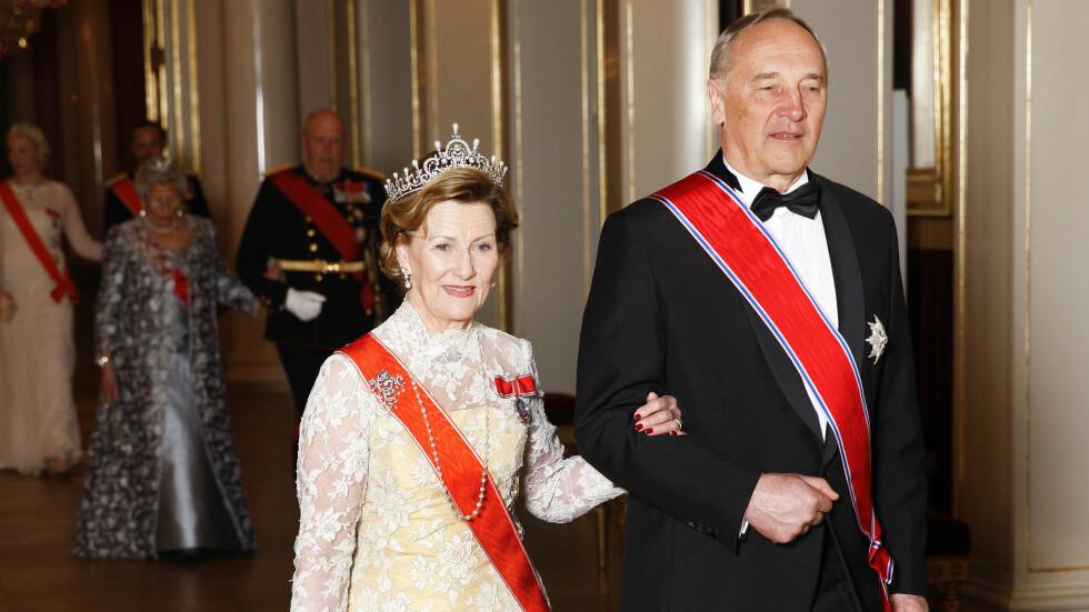 ÆRESGJEST: Dronning Sonja med Latvias president Andris Berzins. Bak fra venstre følger kronprinsesse Mette-Marit, kronprins Haakon, prinsesse Astrid og kong Harald.