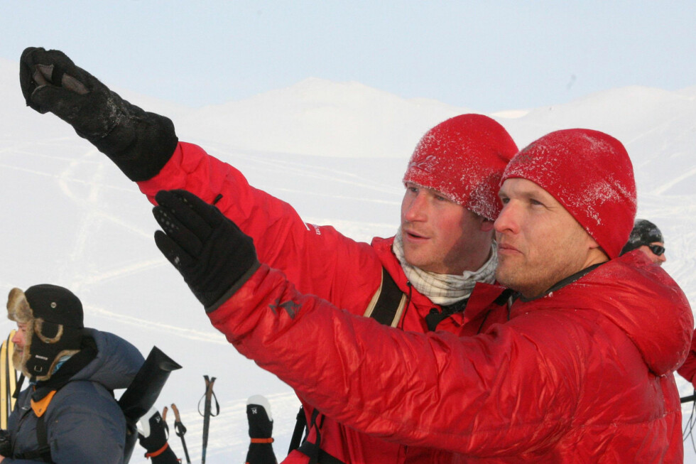 SVALBARD: Prins Harry og Inge Solheim forbereder skituren til Nordpolen. Her trener de på Svalbard, før et helikopter henter de og setter de av på isen. Foto: Walking With The Wounded