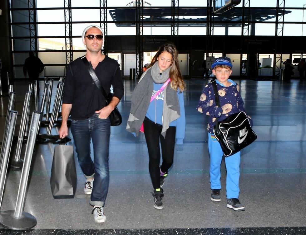 <strong>STOR BARNEFLOKK:</strong> Law har nå fem barn å ta vare på. Her er han med Iris og Rudy på flyplassen i Los Angeles. Foto: FameFlynet