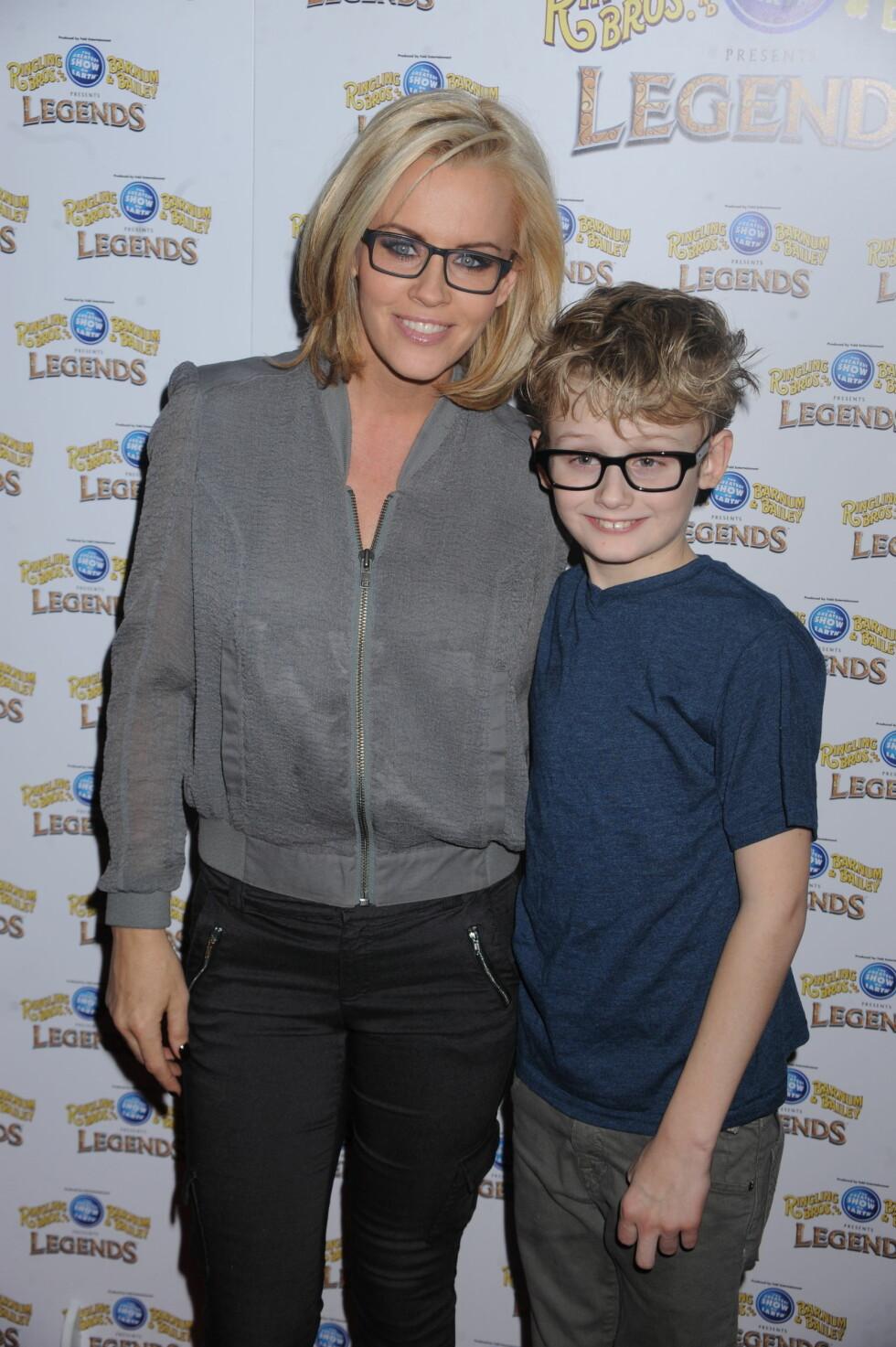 SKEPTIKER: Den amerikanske TV-stjernen Jenny McCarthy skapte storm da hun i fjor rådet foreldre til å slutte med vaksinasjon av barna sine. Hun mener sønnen hennes (t.v) ble autist som følge av vaksinering.  Foto: Stella Pictures