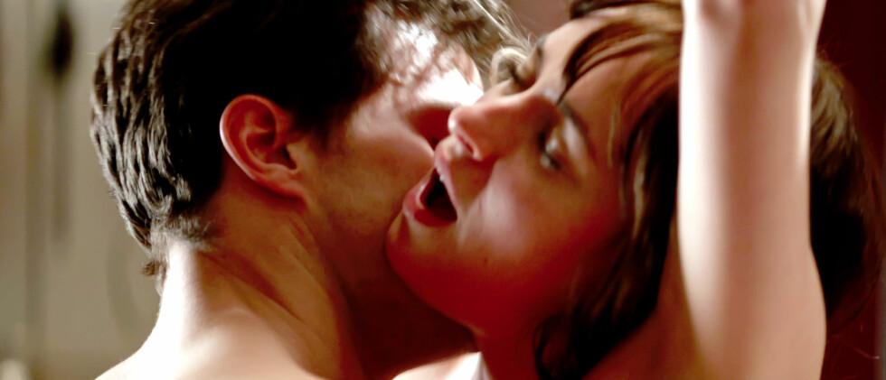 HETE SCENER: Det er en rekke hete scener mellom Jamie Dornan og Dakota Johnson som spiller Christian Grey og Anastasia Steele i den erotiske filmen. Det frister likevel ikke Kim Cattrall til å se dramaet.  Foto: Supplied by LMK/All Over Press