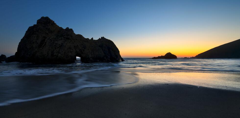 ROMANTISK: På Pfeiffer Beach i Big Sur kan stjernene nyte en romantisk spasertur i solnedgangen. Foto: Massimo Ripani/SIME/All Over Press