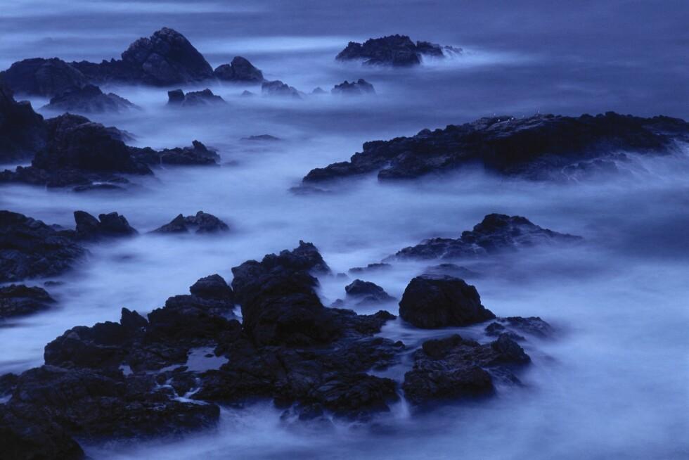 TROLSK STEMNING: På Garrapata State Beach i Big Sur kan man surfe i skumringen. Foto: Mint Images/REX/All Over Press