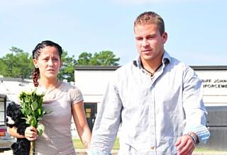 - Han rev av henne forlovelsesringen mens de slåss