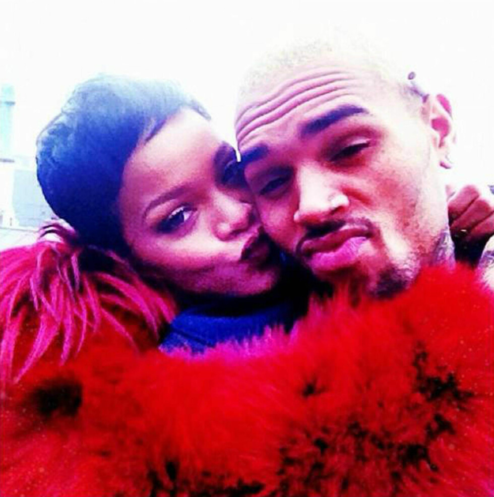EKSEN: I flere år hadde Chris Brown et romantisk forhold til popstjernen Rihanna. Her viser paret følelser i 2012. Foto: Stella Pictures