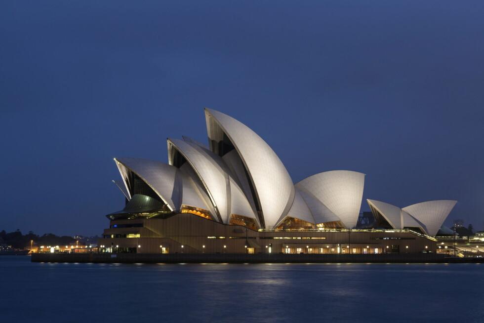 MAJESTETISK: Sydney Opera House ruver i Sydney Harbour, og arkitekturperlen er kjent over hele verden. Arkitekten er dansk, og granitten på taket fra Sverige. Foto: REX/FLPA / Bernd Rohrschneider/All Over Press