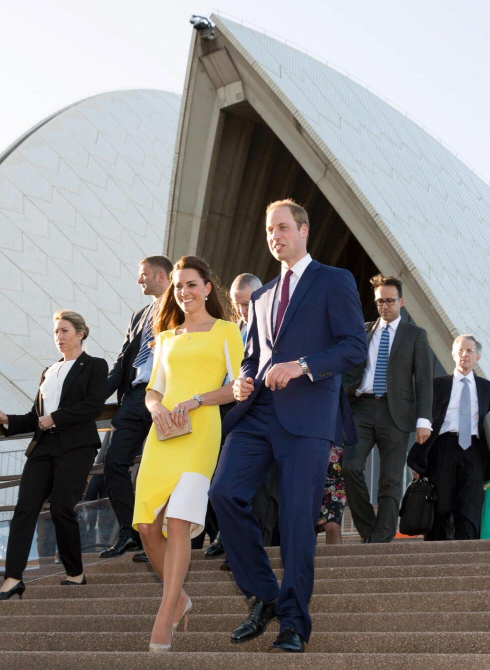 TOK MED GEORGE: Prins William og hertuginne Kate tok med seg sønnen til Australia og New Zealand i fjor. Her er de fotografert på operahuset. Foto: REX/All Over Press