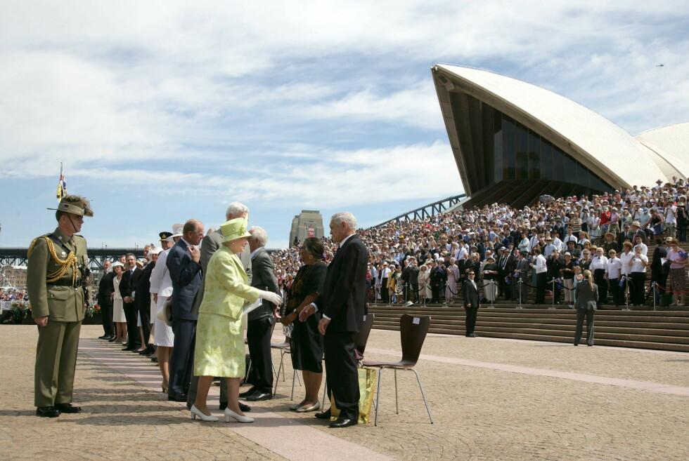 FOLKEHAV: Australierne er glad i sin dronning, selv om hun bor i England. Se hvor mange som var møtt fram. Foto: REX/Tim Rooke/All Over Press