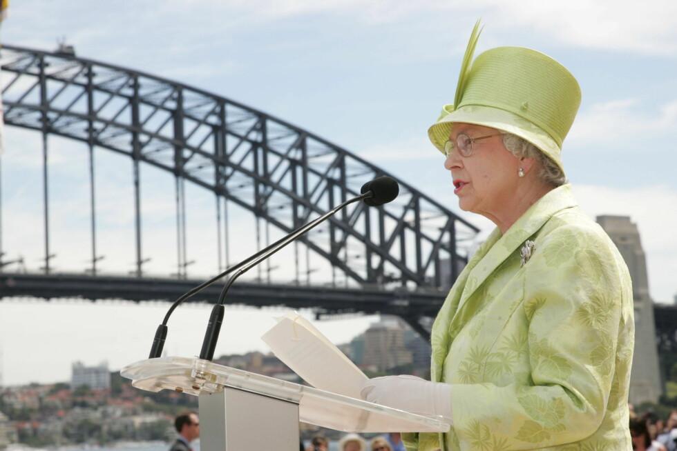 2006: Dronning Elizabeth - som også er dronning for Australia - holder tale under sitt forrige besøk. I bakgrunnen den kjente Sydney Harbour Bridge, som ble åpnet i 1932. Broen er over en kilometer lang!. Foto: REX/Tim Rooke/All Over Press