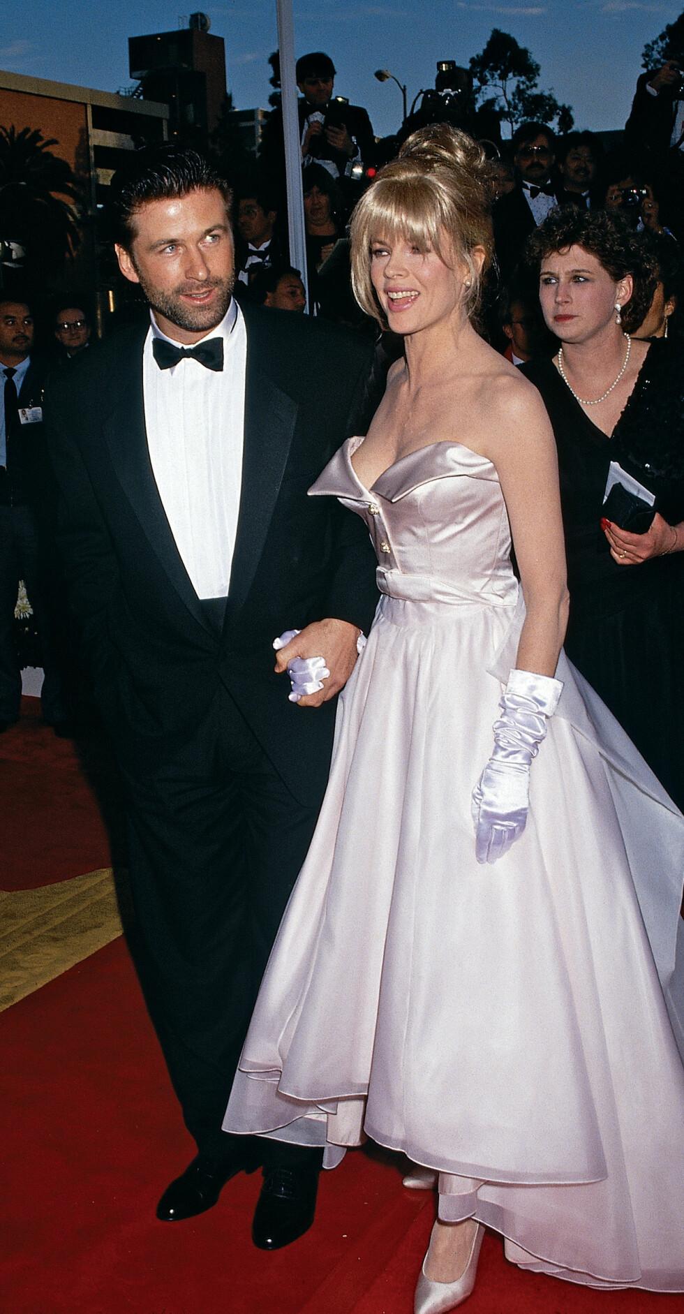 I 1991: Kim Basinger, som på den tiden var sammen med Alec Baldwin, gav nok motepressen satengoverdose i dette antrekket.  Foto: (c) Frank Trapper/Corbis/All Over Press