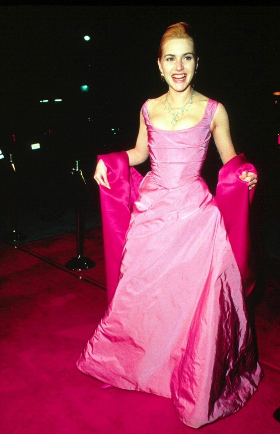 I 1996: Kate Winslet, som var nominert for sin rolle i «Fornuft og følelser» (1995) som 20-åring, så mer ut som om hun skulle på skoleball enn på Oscar-utdelingen i dette antrekket.  Foto: REX/All Over Press