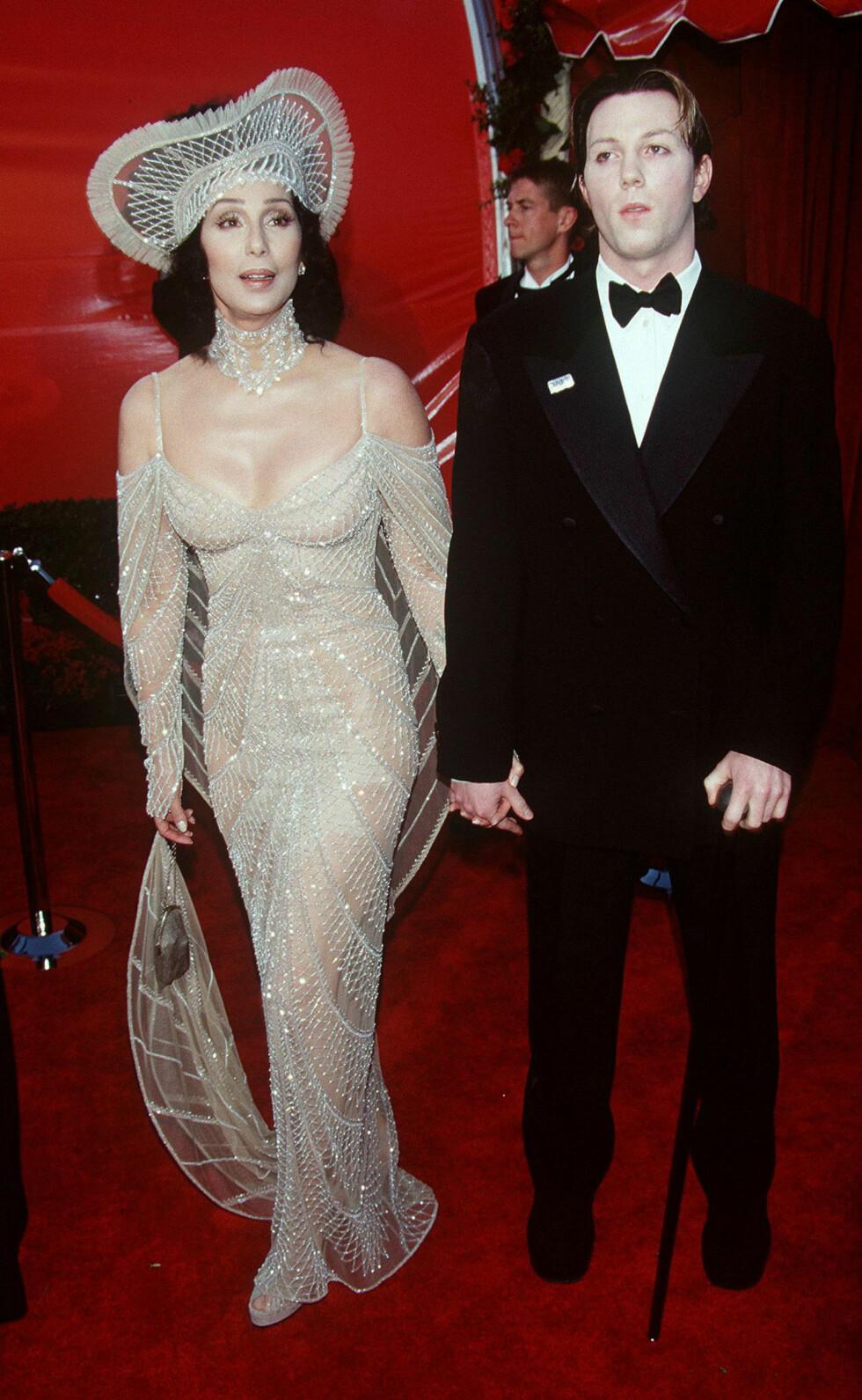 I 1998: Sangstjernen Cher klinket til med nok et oppsiktsvekkende antrekk på slutten av 90-tallet, da hun ankom Oscar-utdelingen med sønnen Chaz Bono. Foto: Dave Lewis/REX/All Over Press