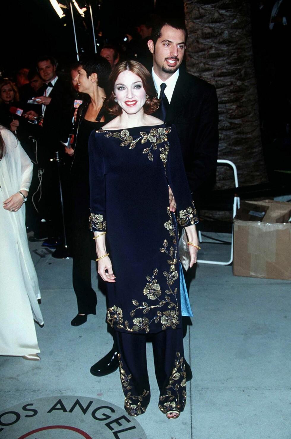 I 1999: Madonna iførte seg en indiskinspirert fløyelsdrakt med gullbroderier året etter at hun gjorde suksess med albumet «Ray of Light». Foto: Dave Lewis/REX/All Over Press