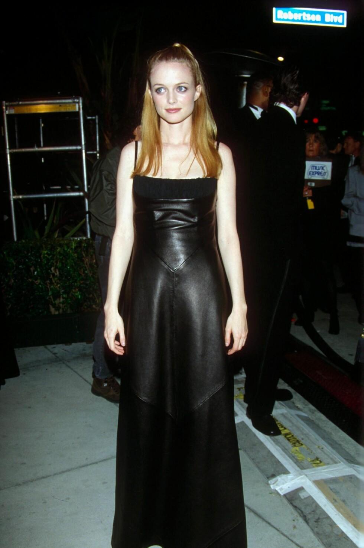 I 1999: Heather Graham i en goth-inspirert, fotsid skinnkjole - med en enkel frisyre som ikke passet helt inn.   Foto: Dave Lewis/REX/All Over Press