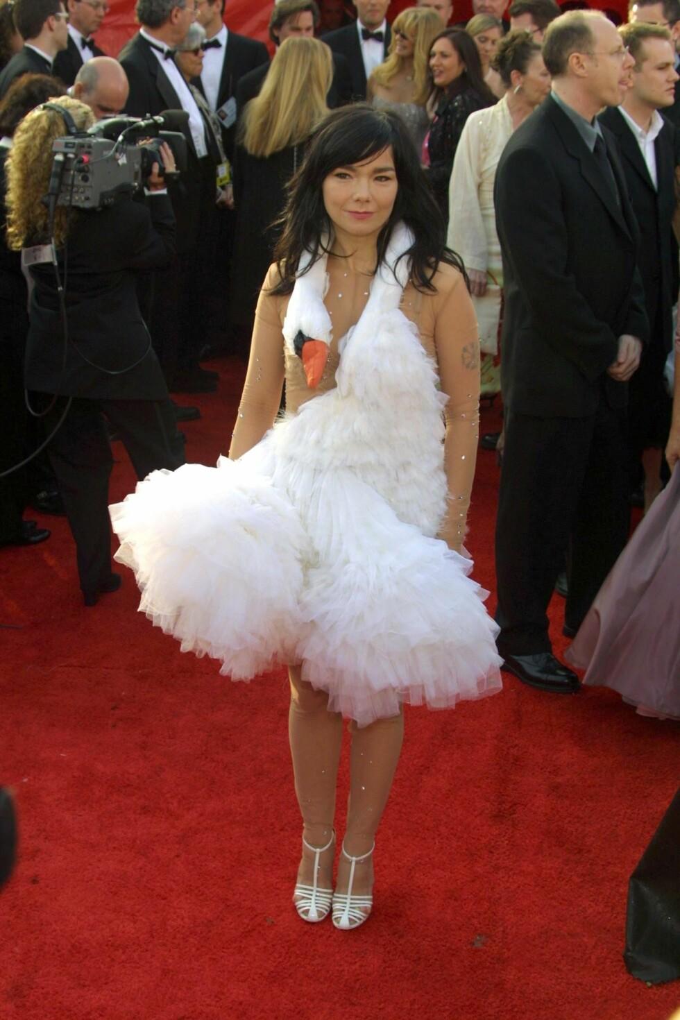 I 2001: Björks verdenskjente svanekjole, som hun kombinerte med en litt for stor, Britney-aktig bodysuit, er fortsatt blant tidenes mest minneverdige Oscar-kjoler.  Foto: REX/All Over Press