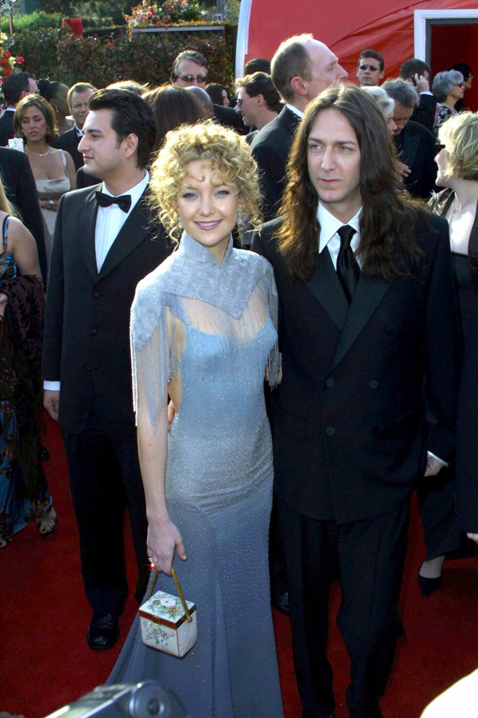 I 2001: Det ble altfor mye da Kate Hudson iførte seg denne kjolen fra Stella McCartney for Chloé, kombinert med krusete krøller og morsom veske. Hennes daværende ektemann, Chris Robinson, safet derimot med en sort dress fra Versace. Foto: REX/All Over Press