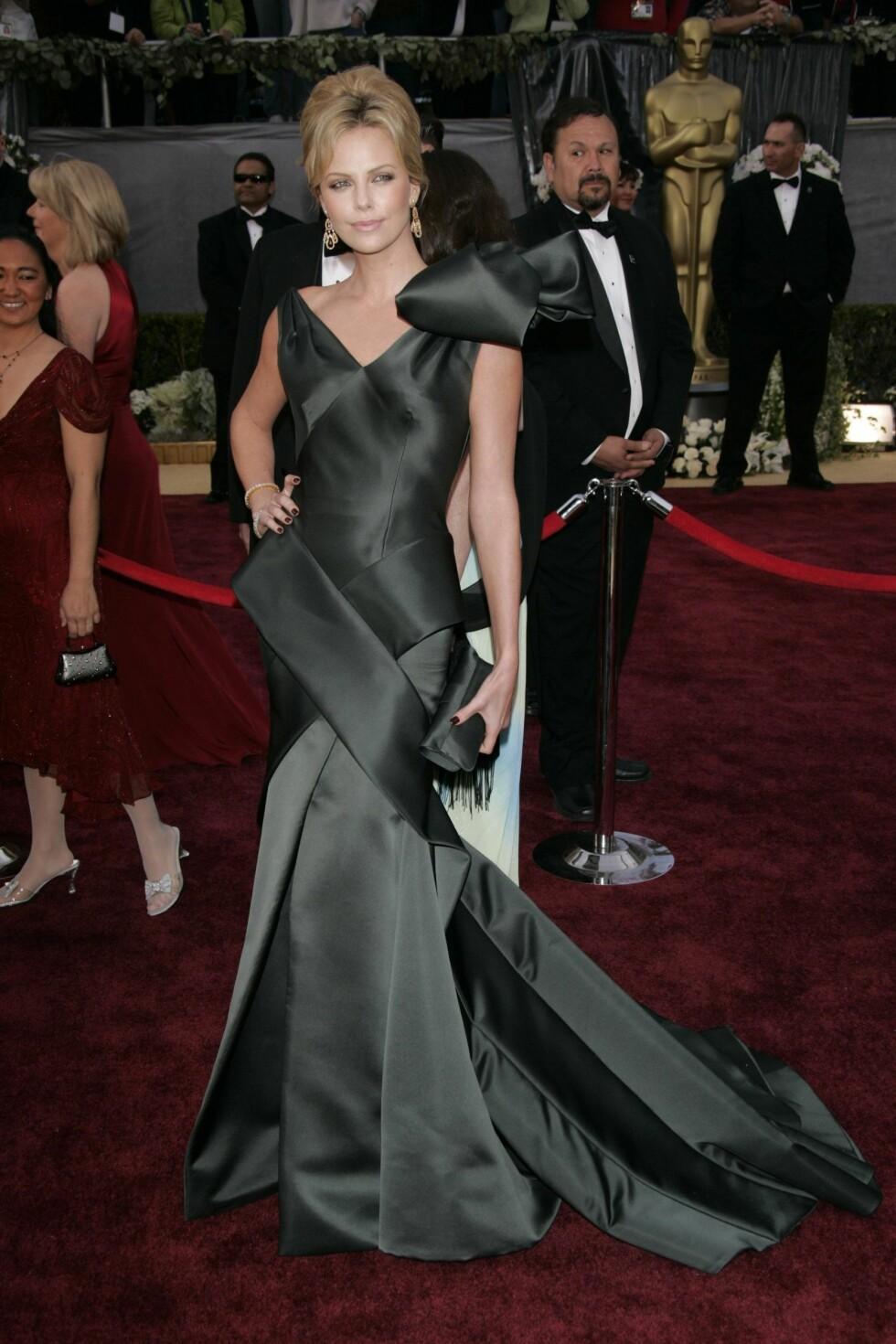 I 2006: Balansen mellom for lite og for mye er en virkelig kunst når den gjelder Oscar-løperen. Dior-kjolen til Charlize Theron gjorde for mye ut av seg - og den matchende clutchvesken hjalp nok ikke.   Foto: Stella Pictures