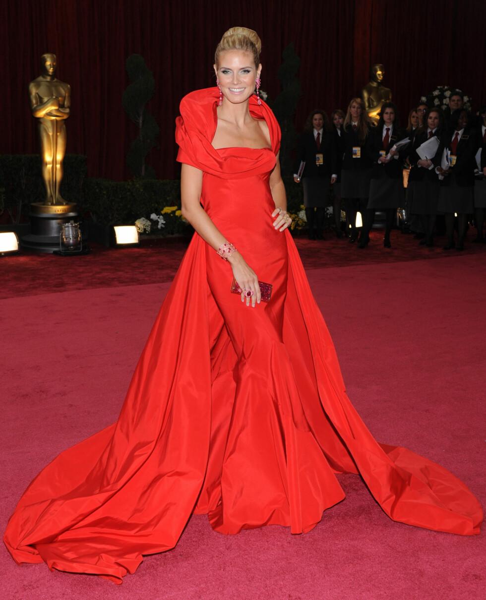 I 2008: Supermodell Heidi Klum er kjent for å gå for «too much» innimellom. Denne knallrøde kjolens dramatiske kappe og krage, kombinert med store, glitrende smykker, fikk skjønnheten hennes til å «drukne» fullstendig.  Foto: Stella Pictures