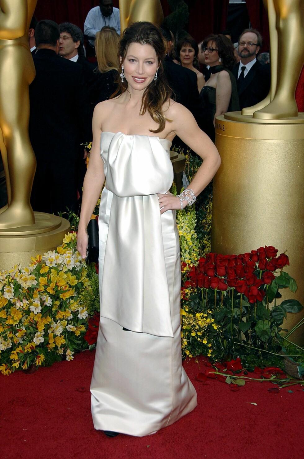 I 2009: Motepressen var ikke nådige i sine vurderinger av Jessica Biels Prada-kjole på Oscar-utdelingen. Kjolen, som minnet litt om et pent opphengt badehåndkle, skjulte fremfor å fremheve den flotte figuren hennes. Foto: All Over Press
